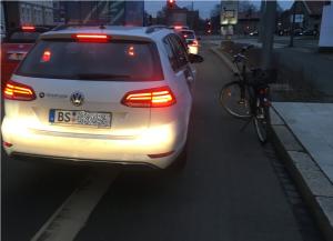 Passat fährt bzw. steht auf dem Fahrradstreifen