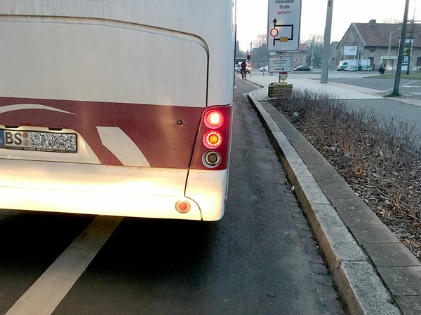 Auch Busfahrer der Braunschweiger Verkehrs AG ignorieren am Leonhardplatz den Fahrradstreifen.